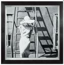Vrouw brandtrap jurk wit